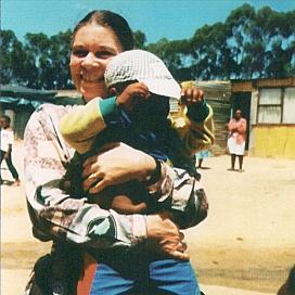 La Princesa Irene sostiene en brazos a un niño en Sudáfrica